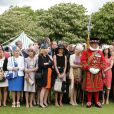 Image des invités lors de la pluvieuse troisième garden party de l'année organisée à Buckingham Palace le 3 juin 2014.