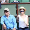 Gérard Darmon et une amie à la finale homme des Internationaux de France de tennis de Roland Garros à Paris le 8 juin 2014