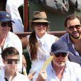 Patrick Bruel en compagnie de ses fils Oscar et Léon et de sa compagne Caroline, le dimanche 8 juin 2014, pour la finale hommes de Roland-Garros 2014. Cyril Lignac est à leur côté !