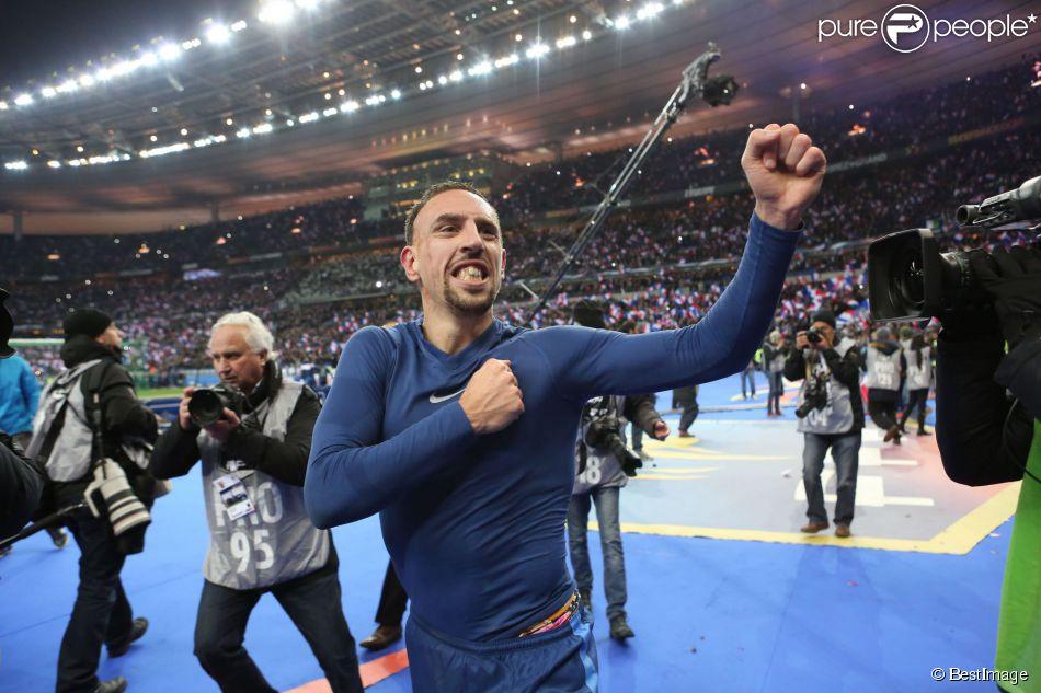 Franck Ribéry fête la victoire de l'équipe  de France et la qualification pour le Mondial, le 19 novembre 2013.