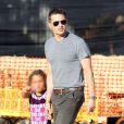 """Olivier Martinez, qui vient d'avoir un fils avec sa femme Halle Berry, emmène la fille de cette dernière, Nahla, au """"Mr. Bones Pumpkin Patch"""" à West Hollywood, le 7 octobre 2013."""