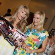 """Katherine Kelly Lang et Kim Matula découvrent le magazine Français édition spécial """"TV grandes chaines"""" qui fêtera le 25ème anniversaire de """"Amour, gloire et beauté"""". Juin 2014."""