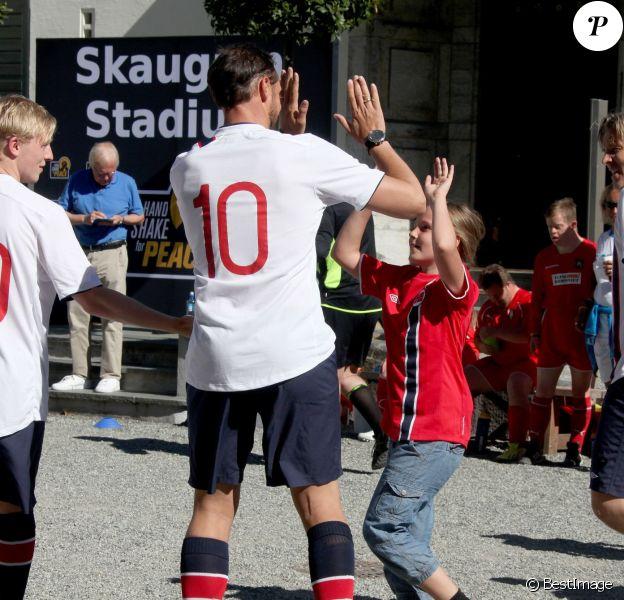 Haakon de Norvège et sa fille Ingrid Isabella se congratulent. Le prince Haakon de Norvège et la princesse Mette-Marit ont transformé le 16 juin 2014 leur résidence à Oslo, Skaugum, en Skaugum Stadium le temps d'un match caritatif auquel participaient leurs enfants la princesse Ingrid Isabella et le prince Sverre Magnus. La Team Norway de la tribu princière, qui comptait aussi dans ses rangs le champion de ski Kjetil André Aamodt, s'est inclinée de justesse contre Roa Unified, composée de joueurs handicapés.