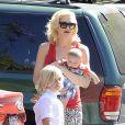 Gwen Stefani et ses fils Zuma et Apollo dans les rues de Studio City, à Los Angeles. Le 19 juin 2014.