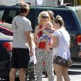 Gwen Stefani, son mari Gavin Rossdale et leurs fils Zuma et Apollo dans les rues de Studio City, à Los Angeles. Le 19 juin 2014.