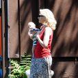 Gwen Stefani et son fils Apollo dans les rues de Studio City, à Los Angeles. Le 19 juin 2014.