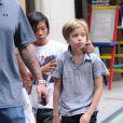Les enfants de Brad Pitt et Angelina Jolie, Shiloh et Pax dans les rues de New York avec leur garde du corps, le 12 mai 2014.