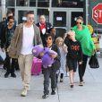 Brad Pitt et Angelina Jolie arrivant à l'aéroport de Los Angeles en provenance d'Australie avec leurs enfants, le 5 février 2014.