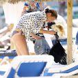 Kate Moss quitte la plage, où elle a croisé son amie Naomi Campbell, avant d'aller dîner avec son mari Jamie Hince pour fêter leur 3ème anniversaire de mariage à Ibiza, le 29 juin 2014.