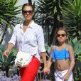 Exclusif - La comédienne de 33 ans Jessica Alba se promène avec sa fille Honor à Santa Barbara après un bain de soleil. Le 4 juillet 2014