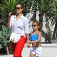 Exclusif - Jessica Alba se promène avec sa fille Honor à Santa Barbara après un bain de soleil. Le 4 juillet 2014