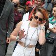 Kristen Stewart arrive au Grand Palais pour assister au défilé haute couture Chanel. Paris, le 8 juillet 2014.