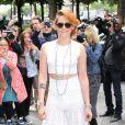 Kristen Stewart, ultrasexy en crop-top, pantalon transparent et souliers blancs (Christian Louboutin), arrive au Grand Palais pour assister au défilé haute couture Chanel. Paris, le 8 juillet 2014.