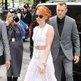 Kristen Stewart, rousse et tout de blanc vêtue, arrive au Grand Palais pour assister au défilé haute couture Chanel. Paris, le 8 juillet 2014.