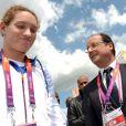 François Hollande félicite à Londres Camille Muffat au lendemain de son sacre olympique sur 400 m nage libre, le 30 juillet 2012. La nageuse a annoncé le 12 juillet 2014, dans L'Equipe, sa retraite sportive, à 25 ans seulement.