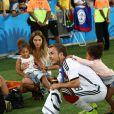 Mario Götze avec sa compagne Ann-Kathrin Brömmel et les filles de Jerome Boateng le 13 juillet 2014 à l'issue de la victoire allemande en finale de Coupe du monde face à l'Argentine au stade Maracanã de Rio de Janeiro