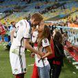 André Schürrle et sa compagne Montana Yorke le 13 juillet 2014 à l'issue de la victoire allemande en finale de Coupe du monde face à l'Argentine au stade Maracanã de Rio de Janeiro