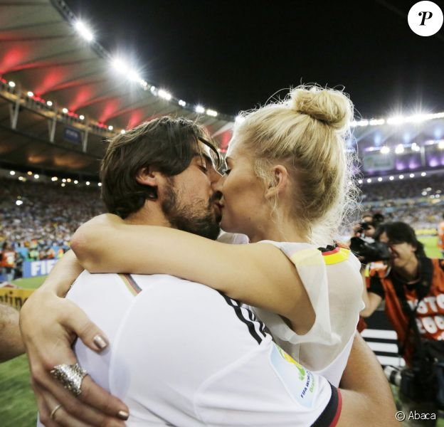 Sami Khedira et Lena Gercke le 13 juillet 2014 à l'issue de la victoire allemande en finale de Coupe du monde face à l'Argentine au stade Maracanã de Rio de Janeiro