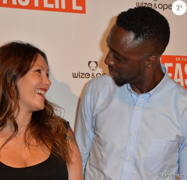 """Thomas Ngijol et sa compagne Karole Rocher, heureux et amoureux, lors de l'avant-première du film """"Fastlife"""" au cinéma Gaumont Capucines Opéra à Paris, le 15 juillet 2014."""