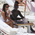 Le footballeur français Bacary Sagna et sa femme Ludivine profitent du soleil sur une plage à Miami le 18 juillet 2014