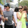 Ian Somerhalder et l'actrice Nikki Reed se promènent au marché de Studio city, à Los Angeles, le 20 juillet 2014.