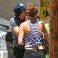 Exclusif - Ian Somerhalder embrasse tendrement une amie sous les yeux de Nikki Reed, dans le quartier de Studio City à Los Angeles, le 20 juillet 2014.