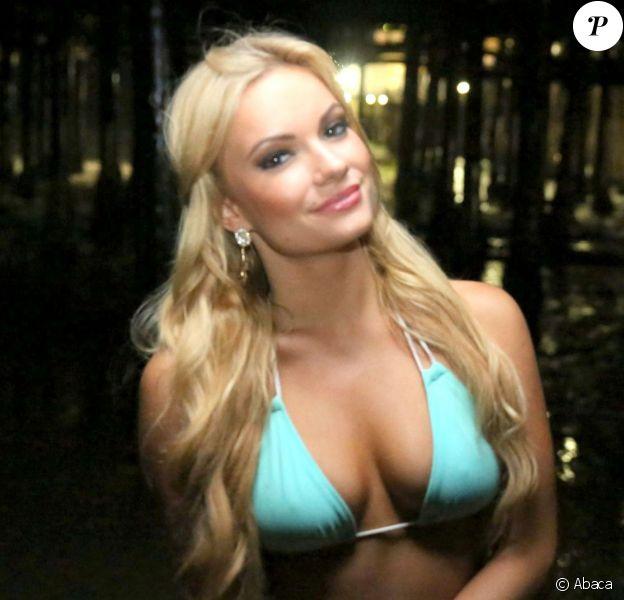Caitlin O'Connor lors d'un shooting nocturne en bikini à Los Angeles le 21 juillet 2014. Le mannequin américain de 23 ans a décroché un petit rôle dans le nouveau film d'Antoine Fuqua, Southpaw.