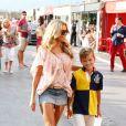 Sylvie Meis et son fils Damian Rafael se promènent sur le port après avoir été au Club 55. Saint-Tropez, le 28 juillet 2014.