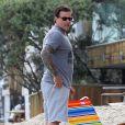 Tori Spelling et son mari Dean McDermott en famille sur la plage à Malibu, le 30 juillet 2014.