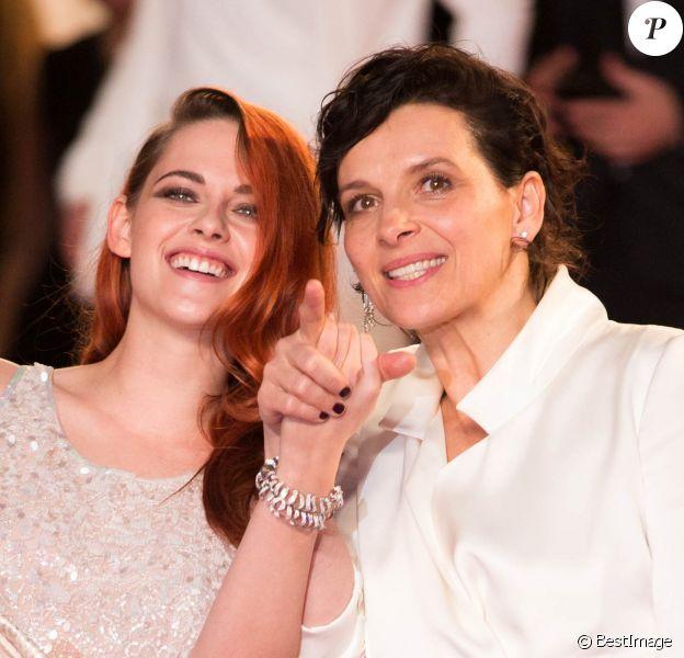 """Kristen Stewart et Juliette Binoche - Descente des marches du film """"Sils Maria"""" lors du 67e Festival du film de Cannes le 23 mai 2014"""