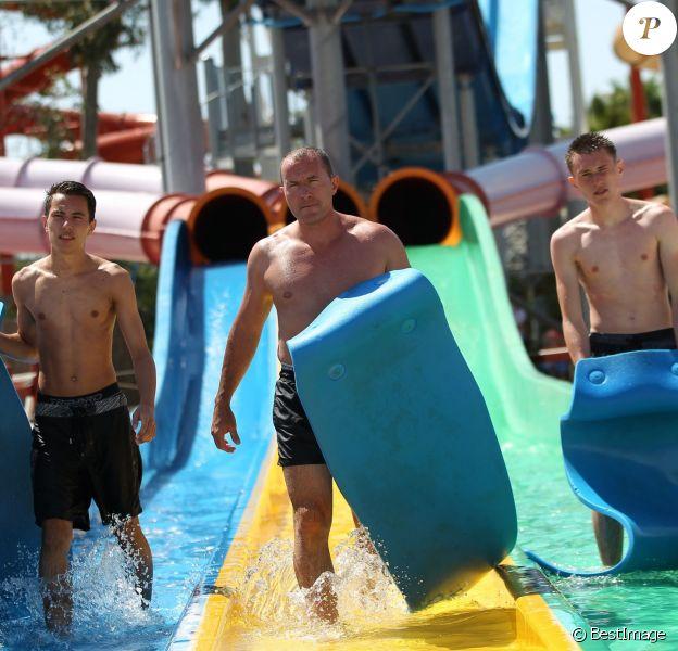 Exclusif - Pascal Soetens (Pascal le grand frère) à l'aquasplash du Marineland avec ses fils Luca et Enzo à Antibes, le 9 août 2014.