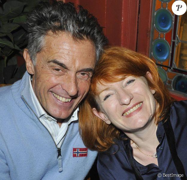 Gérard Holtz et son épouse Muriel à Paris le 5 mars 2012.