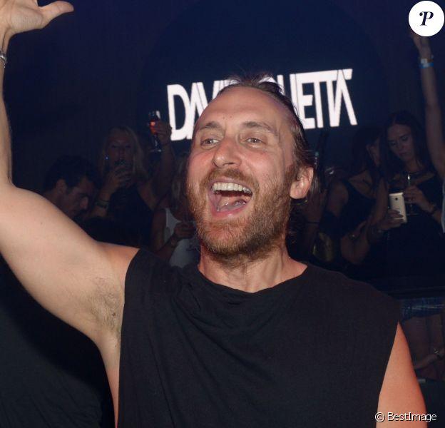 David Guetta mixe lors d'une soirée au Gotha à Cannes le 15 août 2014.