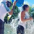 Kaley Cuoco participe au Ice Bucket Challenge, le 17 août 2014.
