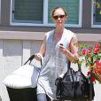 Emily Blunt emmène son bébé Hazel chez des amis à Los Angeles, le 11 juin 2014.