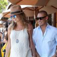 Stacy Keibler, enceinte, et son mari Jared Pobre, très souriants en sortant d'un déjeuner à Beverly Hills, le 1er août 2014.