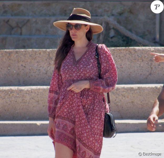 Liv Tyler, son compagnon Dave Gardner et son fils Milo Langdon sont en vacances à Formentera, le 26 août 2014. Ils vont passer une journée sur un bateau.