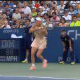 Caroline Wozniacki enroule sa longue natte autour du manche de sa raquette, le 28 août 2014 lors de l'US Open de New York