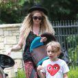 Exclusif - Ashlee Simpson, son fils Bronx et son fiancé Evan Ross se promènent à Los Angeles, le 27 juillet 2014.