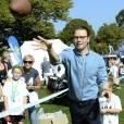 Le prince Daniel de Suède, ici en pleine initiation au foot US, a accueilli près de 1 500 jeunes lors de la Journée du Sport Prince Daniel dans le parc du palais Haga, le 7 septembre 2014 à Stockholm