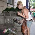 Des fans laissent des fleurs et des messages devant l'immeuble de Melissa Rivers à New York, le 4 septembre 2014
