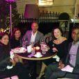 """Fran Drescher et sa """"bande"""" composée de son mari, de son ex-mari Peter Marc Jacobson et de sa cousine Paula dînent au Shangri-La Hotel à Paris le 17 septembre 2014."""