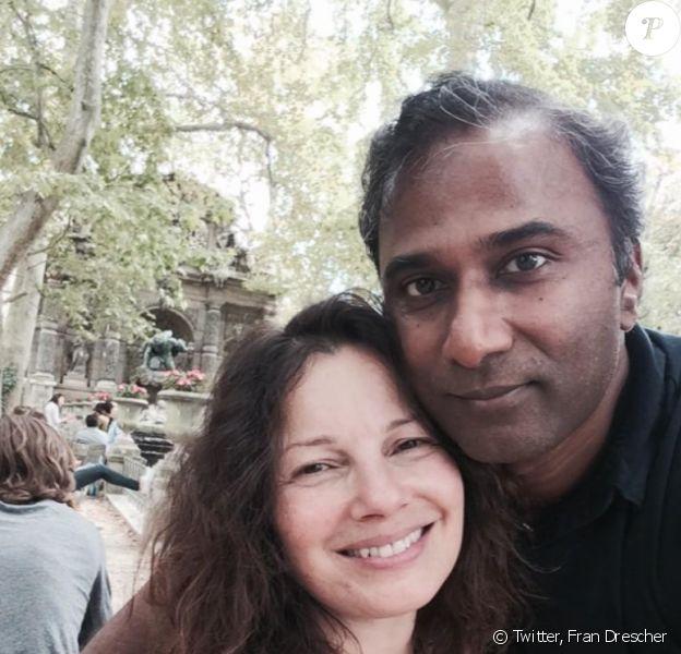 Fran Drescher et son mari Shiva Ayyadurai posent dans le jardin du Luxembourg devant la fontaine Médicis, à Paris le 23 septembre 2014.