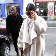 Kim Kardashian et Kanye West arrivent au siège de Pierre Balmain, situé rue Pierre Charron à Paris. Le 24 septembre 2014.