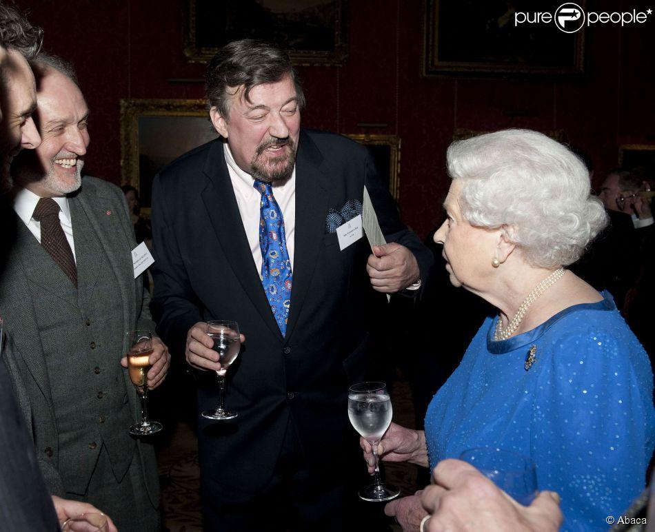 Stephen Fry face à la reine Elizabeth II lors d'une réception en l'honneur de l'art dramatique à Buckingham Palace le 17 février 2014.