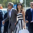 George Clooney et Amal Alamuddin, portant une boîte à chapeau avec un monogramme à leurs initiales, à leur arrivée à Venise le 26 septembre 2014 pour le week-end de leur mariage.
