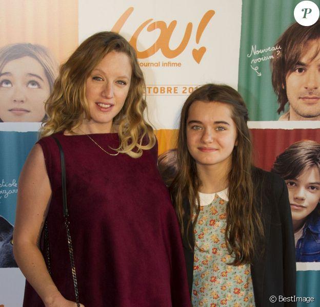 """Ludivine Sagnier, enceinte et Lola Lasseron lors de l'avant-première du film """"Lou ! Journal infime"""" au cinéma MK2 Bibliothèque à Paris, le 28 septembre 2014."""