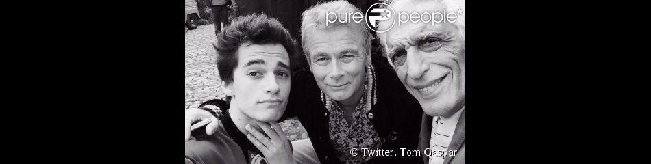 Tom Gaspar Darmon pose avec Franck Dubosc et son grand-père Gérard Darmon sur le tournage de Bis.