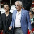 Gérard Darmon et son fils Jules (fils de Mathilda May) au Parc des Princes à Paris le 23 avril 2014.