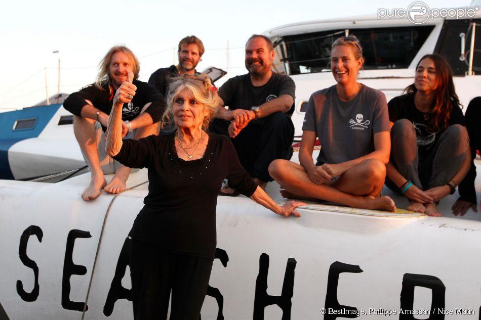 Exclusif - Brigitte Bardot pose avec l'équipage du bateau de l'organisation écologiste Sea Shepherd qui porte son nom. Cela faisait au moins dix ans que Bardot n'avait pas quitté la Madrague pour se rendre sur le port de Saint-Tropez le 26 septembre 2014. Elle était accompagnée de son époux Bernard d'Ormale.